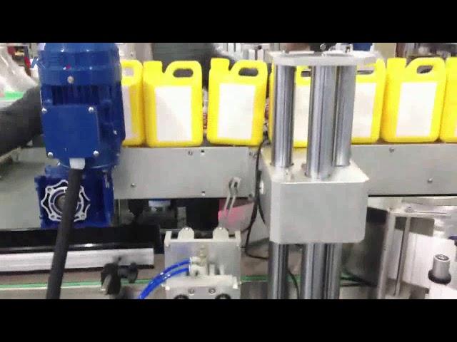 Etichettatrice automatica per bottiglie di liquido detergente